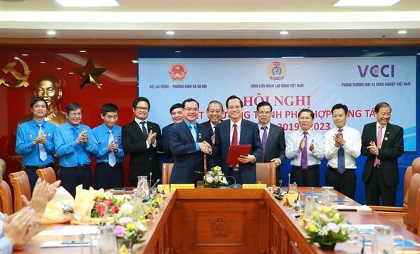 Hội nghị ký kết Chương trình phối hợp giữa Bộ LĐ-TBXH, Tổng Liên đoàn Lao động Việt Nam, Phòng Thương mại và Công nghiệp Việt Nam