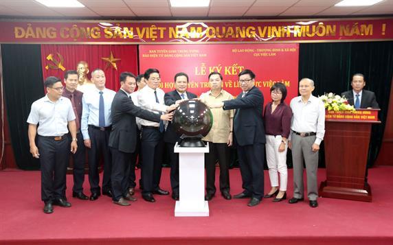 Lễ ký kết phối hợp tuyên truyền về lĩnh vực việc làm