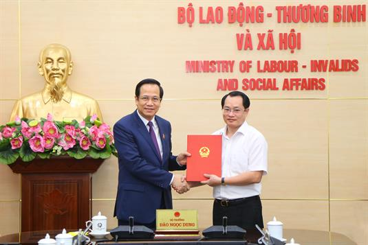 Bộ trưởng Đào Ngọc Dung trao Quyết định điều động, bổ nhiệm Vụ trưởng Vụ Tổ chức Cán bộ