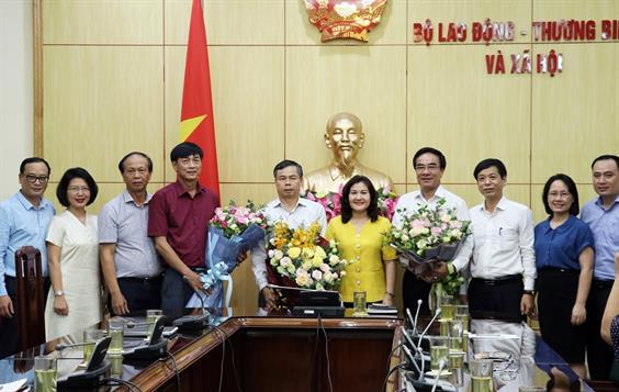 Thứ trưởng Nguyễn Thị Hà trao Quyết định hưởng chế độ bảo hiểm xã hội cho Lãnh đạo các đơn vị thuộc Bộ