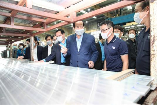 Bộ trưởng Bộ Lao động - Thương binh và Xã hội Đào Ngọc Dung kiểm tra tình hình người lao động trở lại làm việc sau Tết cũng như công tác ứng phó với dịch bệnh tại một số doanh nghiệp trên địa bàn tỉnh Thái Nguyên.