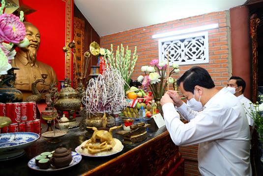 Bộ trưởng Đào Ngọc Dung dâng hương tưởng niệm các anh hùng, liệt sĩ tại Thái Nguyên