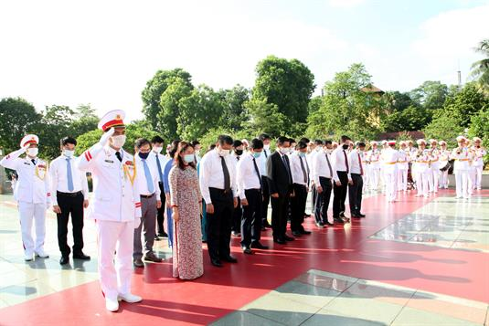 Lãnh đạo Đảng, Nhà nước, Quốc hội đặt vòng hoa, tưởng niệm các Anh hùng liệt sĩ và vào Lăng viếng Chủ tịch Hồ Chí Minh.