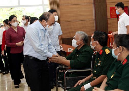 Chủ tịch nước Nguyễn Xuân Phúc thăm, tặng quà thương bệnh binh, gia đình liệt sĩ tại tỉnh Hà Nam
