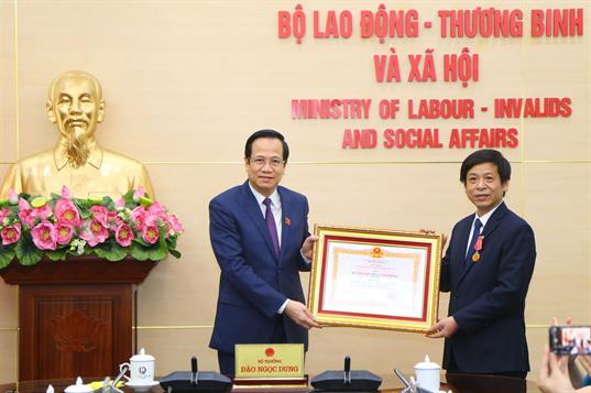 Bộ LĐTBXH tổ chức Lễ trao tặng Huân chương Lao động Hạng Nhì cho đồng chí Trịnh Minh Chí
